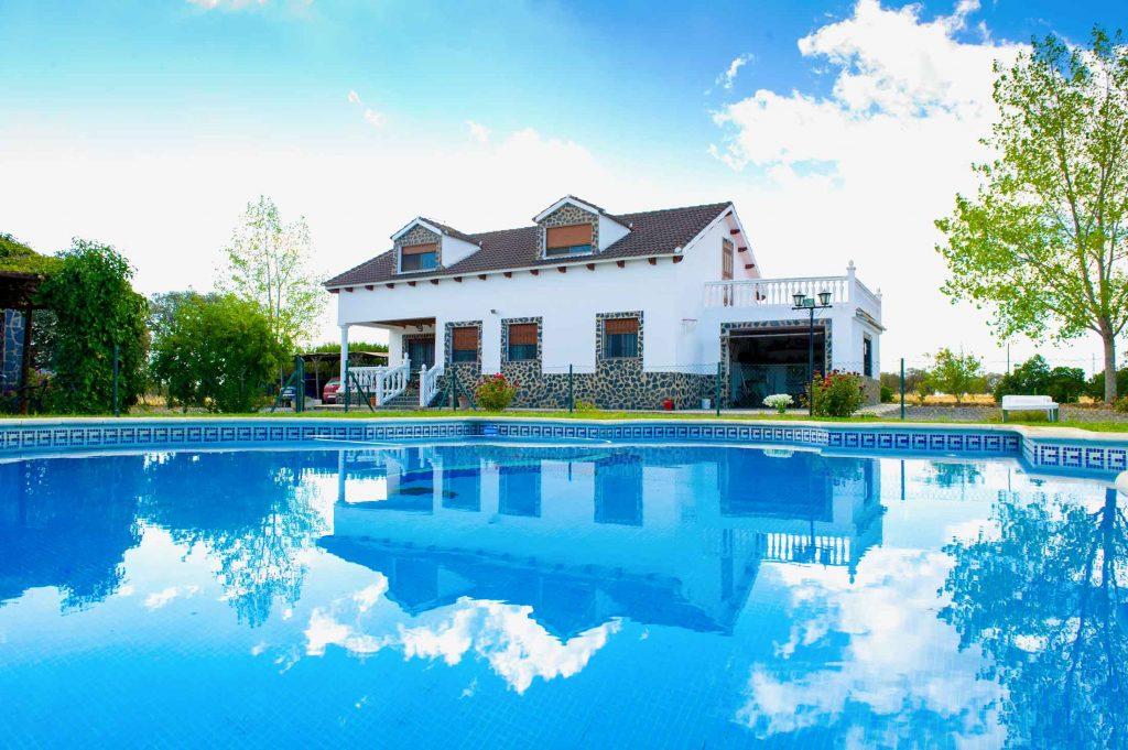 Visión de la Casa de campo los Pedroches desde la piscina